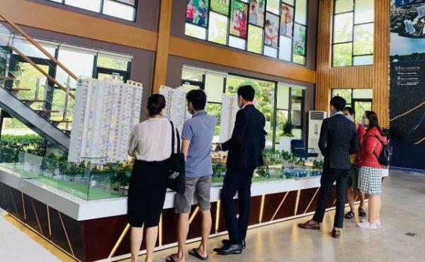 Theo các chuyên gia, nguồn cung thấp trong khi kinh tế ổn định đã thúc đẩy nhu cầu sở hữu căn hộ tại Tp.HCM tăng, bất chấp giá tiếp tục đi lên.