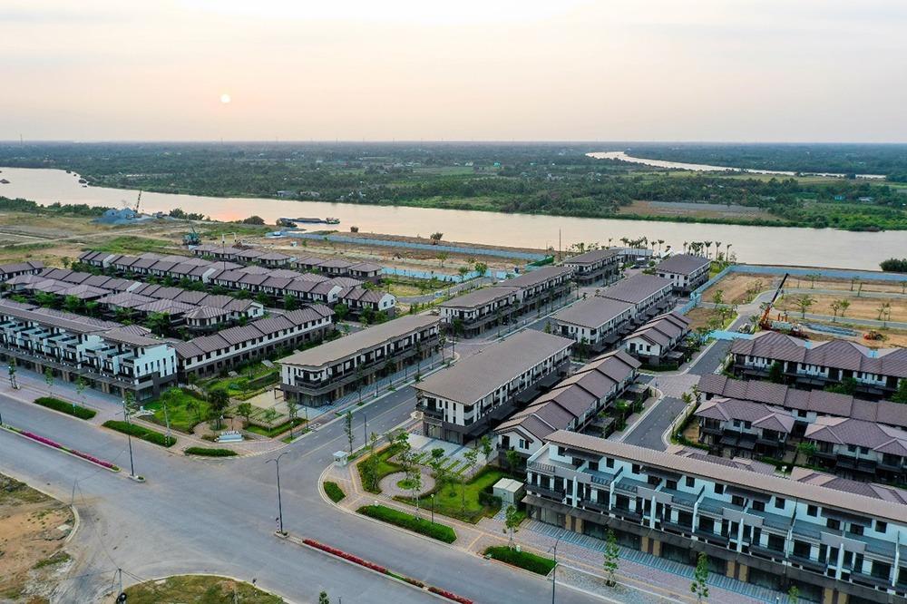 Cách trung tâm quận 1 chỉ từ 35-40 phút di chuyển nhưng cư dân sinh sống tại Waterpoint được thụ hưởng không gian sống đầy đủ tiện nghi và không khí mát lành nhờ 5,8 km sông Vàm Cỏ Đông bao quanh